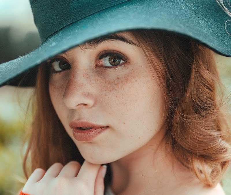 femme-sante-bienetre-visage-chapeau